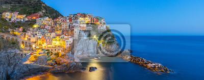 Bild Manarola Dorf einer der Cinque Terre in der Nacht in La Spezia, Italien