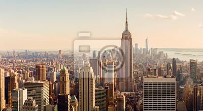 Bild Manhattan Midtown Skyline mit beleuchteten Wolkenkratzern bei Sonnenuntergang. NYC, USA
