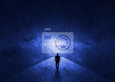 Bild Mann, der durch das Universum geht