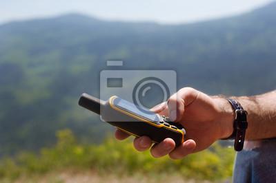 Mann hält in seiner Hand GPS