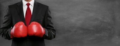 Bild Mann im Anzug mit Boxhandschue