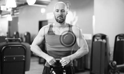 Mann im Fitness Studio mit Kettlebell