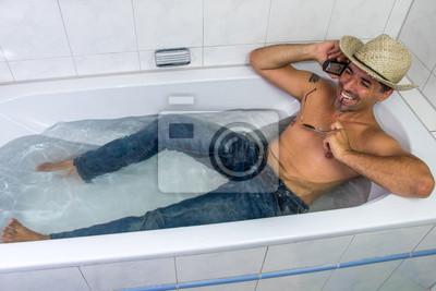 mann in jeans mit strohhut und sonnenbrille liegt in badewanne leinwandbilder bilder jean. Black Bedroom Furniture Sets. Home Design Ideas