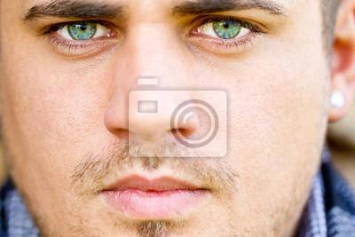 Mann mit blauen Augen