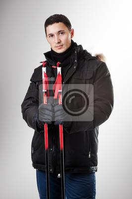 Mann Skifahrer trägt schwarze Pelzhaube Winterjacke