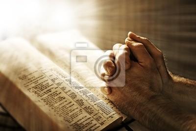 Mann über eine Bibel beten