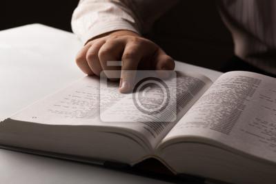 Bild Mann wird nach Informationen im Verzeichnis suchen