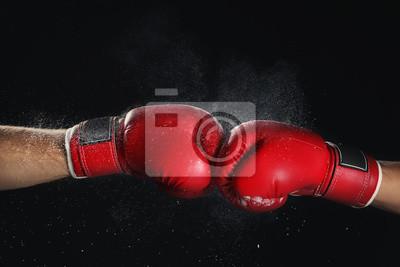 Bild Männer in den Boxhandschuhen auf schwarzem Hintergrund
