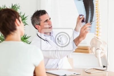 Männlich Arzt mit einem Patienten ein x-ray