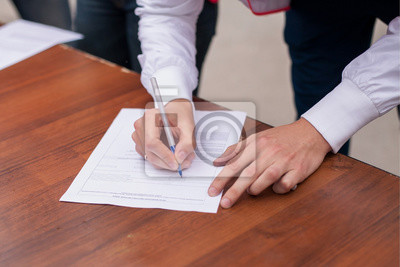 Männlich hand mit stift füllung in das persönliche informationsformular, que