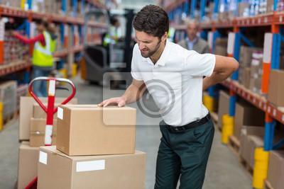Bild Männliche Arbeiter leiden unter Rückenschmerzen während der Arbeit