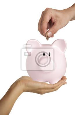 Männliche Hand, die Münze in ein Sparschwein auf weiß isoliert