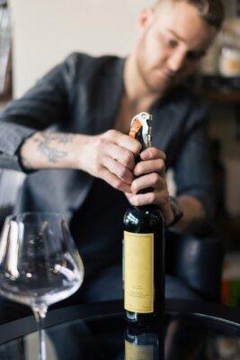 Bild Männliche Sommelier offene Weinflasche mit Korkenzieher.