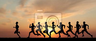 Marathon, schwarzen Silhouetten von Läufern auf den Sonnenuntergang