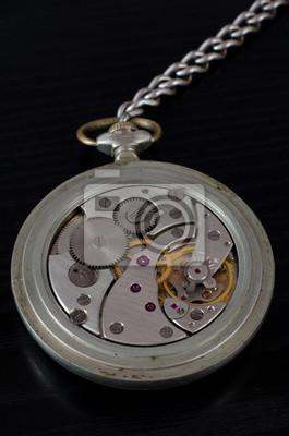 Mechanismus der alten Taschenuhr auf einem schwarzen Hintergrund