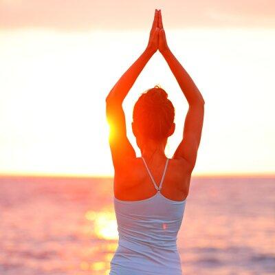 Bild Meditation Yoga Frau meditieren am Strand Sonnenuntergang