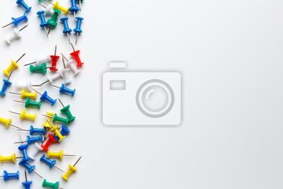 Bild mehrfarbige klerikale Tasten auf weißem Hintergrund
