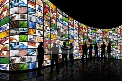 Menschen auf der Suche an der Wand von Bildschirmen