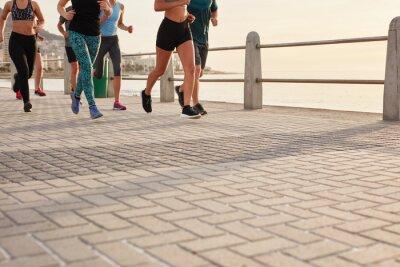 Bild Menschen laufen auf der Straße am Meer