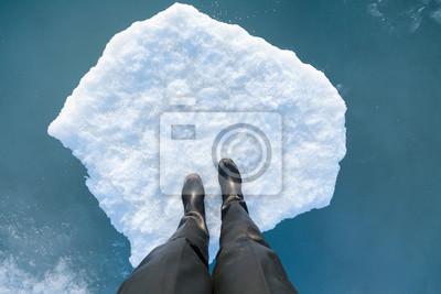 Menschliches Bein auf einer Eisscholle