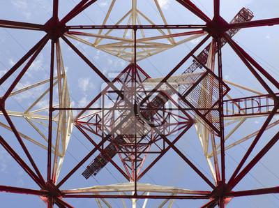 Metall Hochspannungs-elektrische Säule gegen den blauen Himmel
