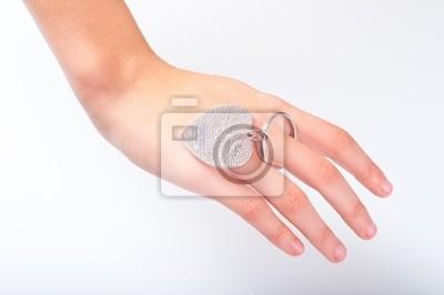 Metallanhänger in der Form des Herzens auf junge weibliche Finger