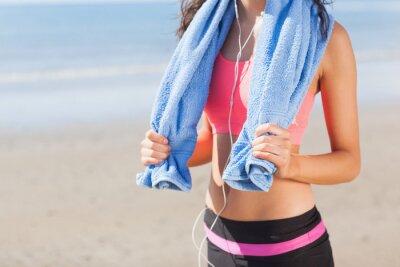 Bild Mid Abschnitt der gesunden Frau mit Handtuch um den Hals am Strand