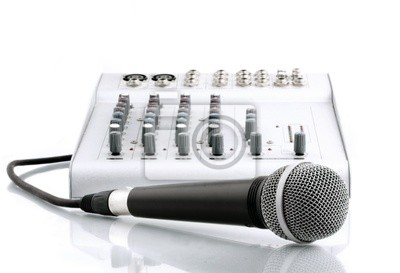 Mikrofon mit dem Mixer in Tonstudio