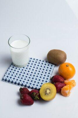 Bild Milch, strawbery, Kiwi, Ananas und orange ftuit auf dem Weiß b