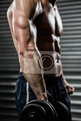 Mittelteil des shirtless Mannes, der schwere Hantel anhebt