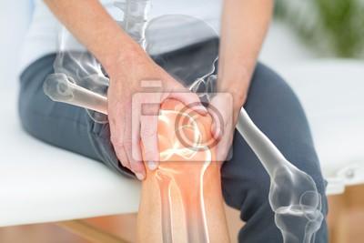 Bild Mittlerer Teil des Mannes, der mit Knieschmerzen leidet