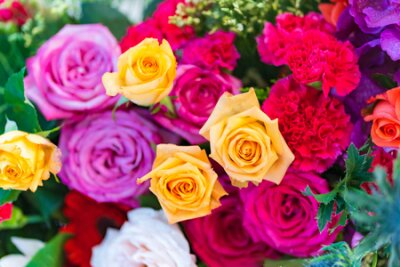 Bild Mixed multi colored roses in floral decor, Colorful wedding flowers background