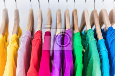 Bild Mode Kleidung auf Kleidung Rack - hellen bunten Schrank. Nahaufnahme der Regenbogen Farbe Wahl der trendigen weiblichen Abnutzung auf Kleiderbügel im Laden Schrank oder Frühjahr Reinigungskonzept. Som
