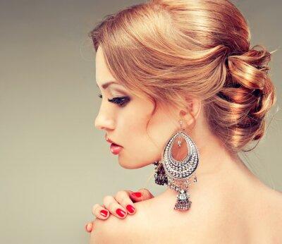 Bild Modell mit roten Nägeln und einem niedlichen Frisur