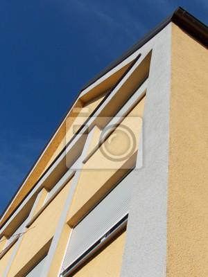 Moderne Fassade In Hellgrau Und Beige Vor Blauem Himmel Im Markt
