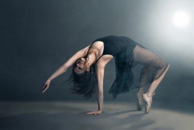 Bild Moderne Stil Tänzerin posiert auf grauem Hintergrund