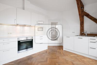 Moderne weiße küche in penthouse-wohnung mit holzboden ...