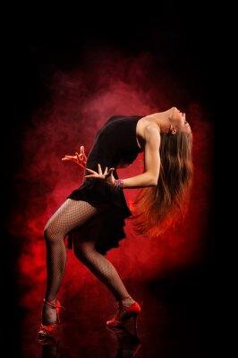 Bild modernen Stil Tänzerin posiert auf einem dunklen Hintergrund