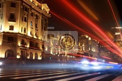 modernen, urbanen Stadt in der Nacht mit Freeway Verkehr.