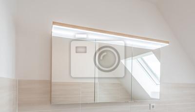 Bild: Moderner bad-spiegelschrank mit led-beleuchtung