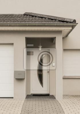 Moderner Eingang Eines Neubaus Mit Haustur Und Vordach Aus Ziegeln