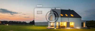 Bild Modernes Haus mit Garten in der Nacht