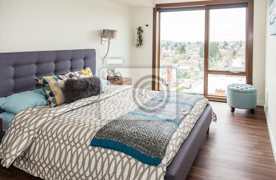 Modernes schlafzimmer mit balkon in einer modernen wohnung ...