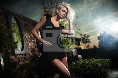 Modische Blondine posiert über Abendhimmel