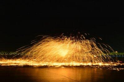 Bild Molten steel in the high temperature melt splashing sparks