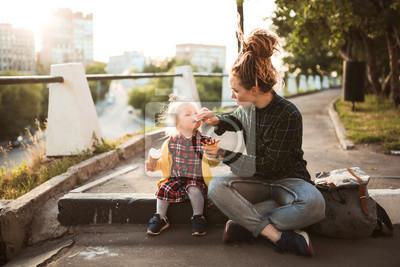 Bild mom and daughter eat ice cream on city street