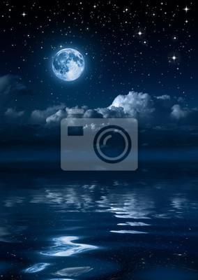 Mond und Wolken in der Nacht auf dem Meer