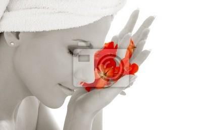monochrome Dame und roten Blütenblätter