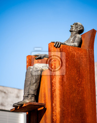 Monument Mann sitzt auf einem Stuhl in Vaduz