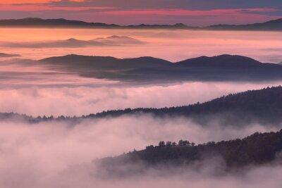 Bild Morgen Landschaft in Berg nebligen Ambiente
